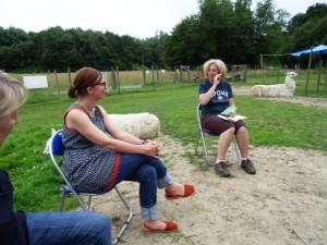"""Eine Outddorlesung mit tierischer Unterstpützung: Diese """"Lesung mit Lamas"""" findet im Lama-Gehege statt. Foto: Prachtlamas"""